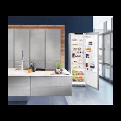 Réfrigérateur Liebherr gris. Porte ouverte, aperçu dans la cuisine.