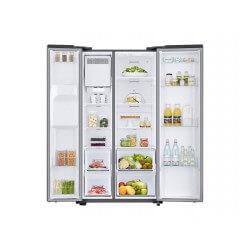 Réfrigérateur Samsung gris. Double portes ouvertes avec nourriture, vue de face.