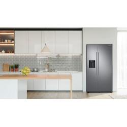 Réfrigérateur Samsung gris. Double portes, aperçu dans la cuisine.