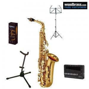 Pack saxophone Yamaha. Chevalet, support et accordeur. Instrument en vue de trois quart